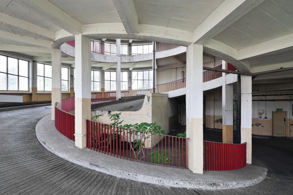 Garaż ze spiralnymi schodami
